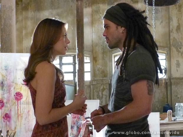 Logo após receber o resultado, Paloma procura por Ninho (Foto: Amor à Vida / TV Globo)