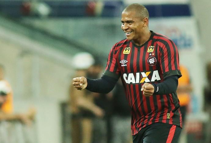 Walter comemora gol sobre o Goiás (Foto: Giuliano Gomes/PR PRESS)