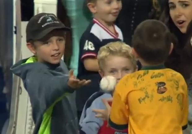 Brendan mostrou honestidade 'de gente grande' ao devolver bola de beisebol a menino que não conhecia (Foto: Reprodução/YouTube/mobill proje)