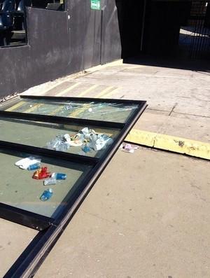 Vidros quebrados em São Januário são o reflexo da goleada de sábado (Foto: GloboEsporte.com)