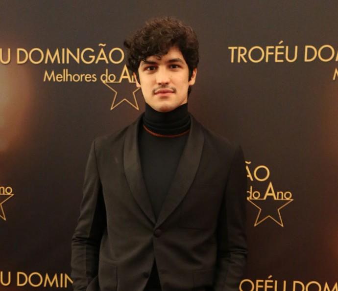 Gabriel Leone homenageou Domingos Montagner ao receber o prêmio de ator coadjuvante (Foto: Carol Caminha / Gshow)