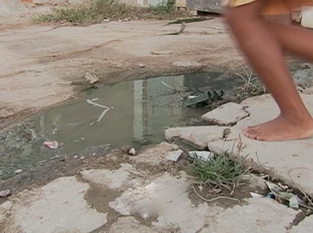 Crianças costumam atravessar aos pulos a água poluída (Foto: Reprodução/ TV Asa Branca)