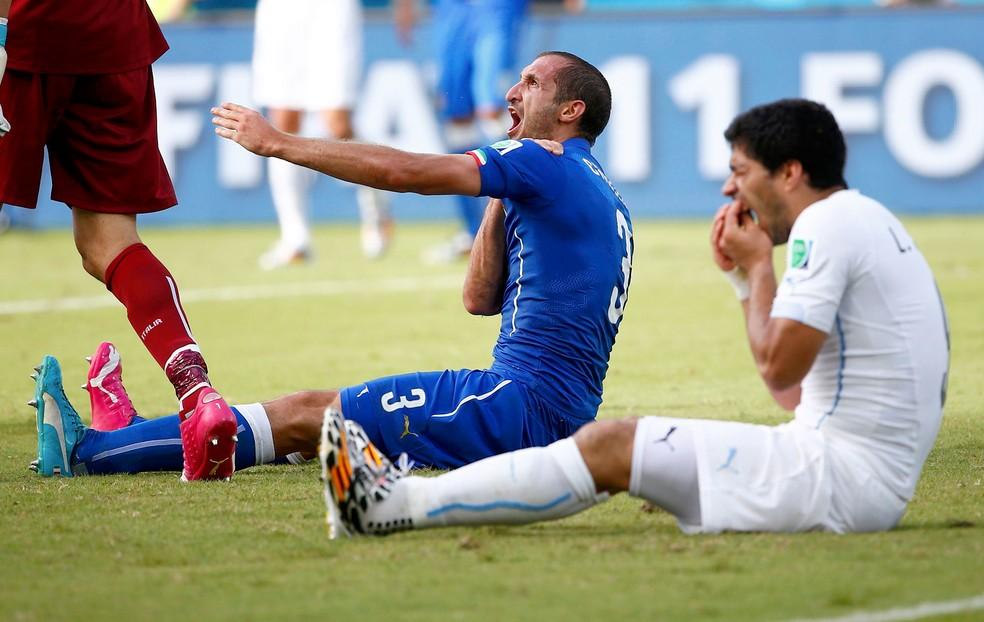 Chiellini e Suarez se desentenderam na Copa de 2014, e uruguaio mordeu o italiano (Foto: Reuters)