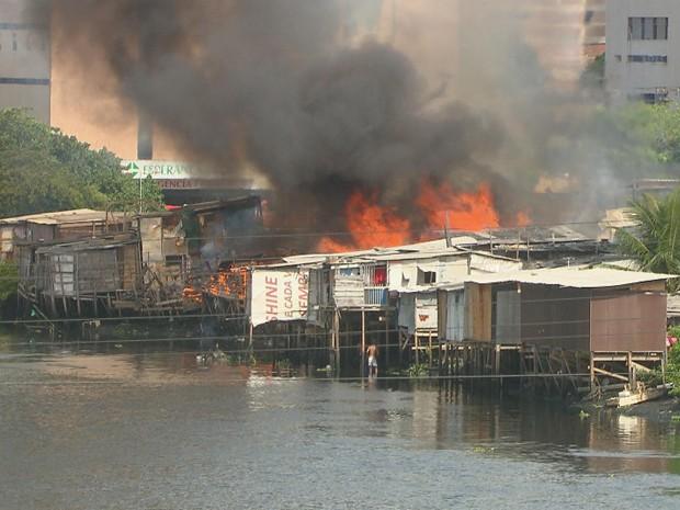 Incêndio atingiu dezenas de moradias em comunidade nos Coelhos (Foto: Leonardo Cruz/TV Globo)