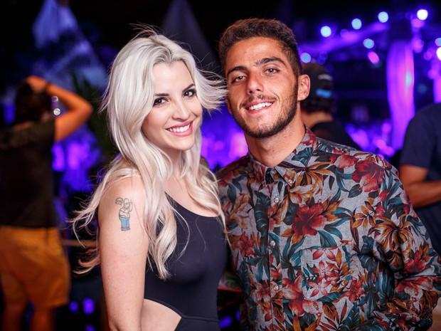 Ex-BBB Clara e o surfista Felippe Toledo em festa na Zona Oeste do Rio (Foto: Marcos Samerson/ Agência We love Photo!/ Divulgação)