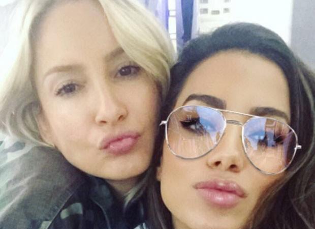 Anitta encontra Claudia Leitte em voo de volta ao Brasil (Foto: Reprodução)