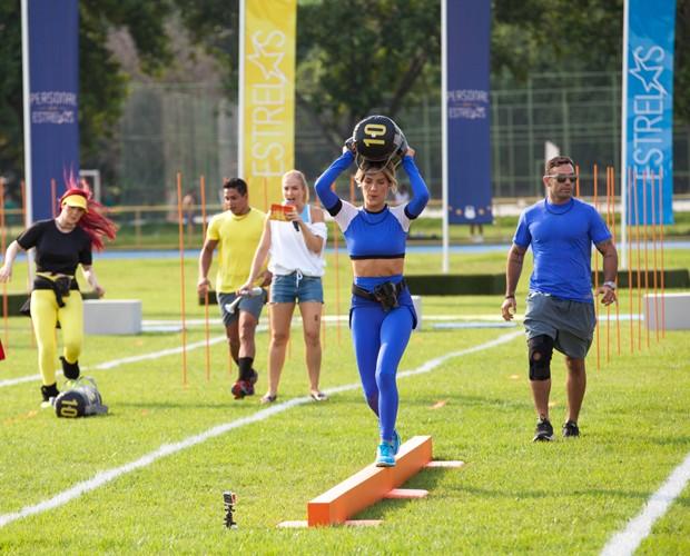 Giovanna Ewbank faz exercício com saco de areia (Foto: Fabiano Battaglin/Gshow)