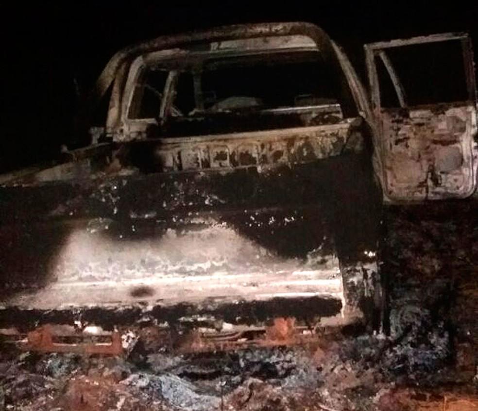 Carro foi incendiado após motorista ser morto a pauladas na BA (Foto: Site Alta Pressão Online)