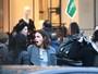 Bruna Marquezine faz compras com Rafaella Santos na Espanha