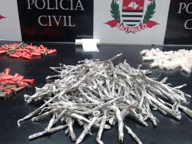 Jovem foi presa suspeita de tráfico de drogas em Cubatão, SP (Foto: Divulgação/Polícia Civil)