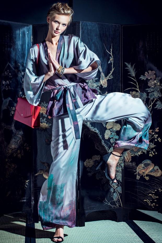 Combine o modelo curto de seda, como o dos uniformes das artes marciais, à calça ampla da mesma estampa (Foto: Fred Othero)
