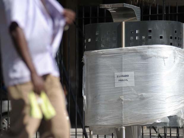 MICTÓRIO PÚBLICO/CENTRAL DO BRASIL - GERAL - O prefeito Eduardo Paes lança nesta terça-feira (26), um modelo de mictório público, na Central do Brasil, no Rio de Janeiro (RJ), que foi apelidado de UFA (Unidade Fornecedora de Alívio). O mictório não utiliz (Foto: LUIZ ROBERTO LIMA/FUTURA PRESS/ESTADÃO CONTEÚDO)