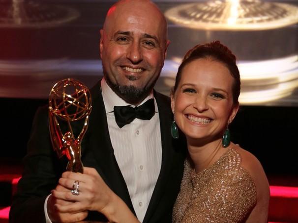 Fernanda Rodrigues e Mauro Mendonça Filho com o troféu de O Astro (Foto: Luiz Ribeiro/ TV Globo)