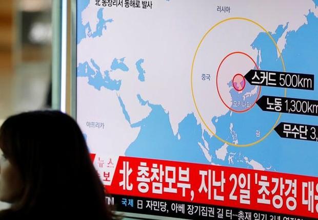 Mulher em Seul passa diante de uma televisão com noticiário sobre o lançamento de mísseis feito pela Coreia do Norte (Foto: Kim Hong-Ji/Reuters)