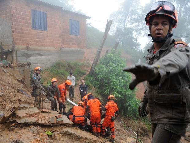 Bombeiros retiram corpo de área onde ocorreu deslizamento em Petrópolis (Foto: Tânia Rêgo/ABr)