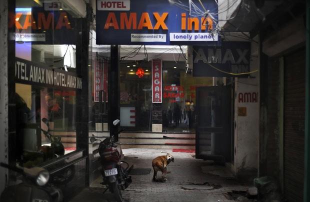 Fachada do hotel em que estava hospedada a turista dinamarquesa vítima de estupro em Nova Déli, na Índia (Foto: AP)