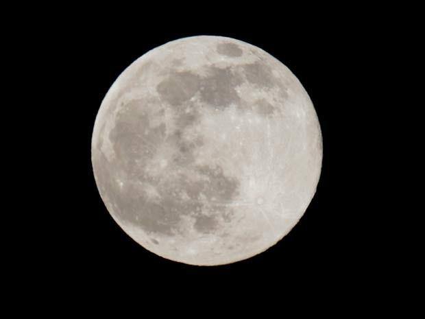 Lua azul, a segunda lua cheia do mês, é vista na noite desta sexta-feira (31) na cidade de Taguig, nas Filipinas (Foto: AP Photo/Bullit Marquez)