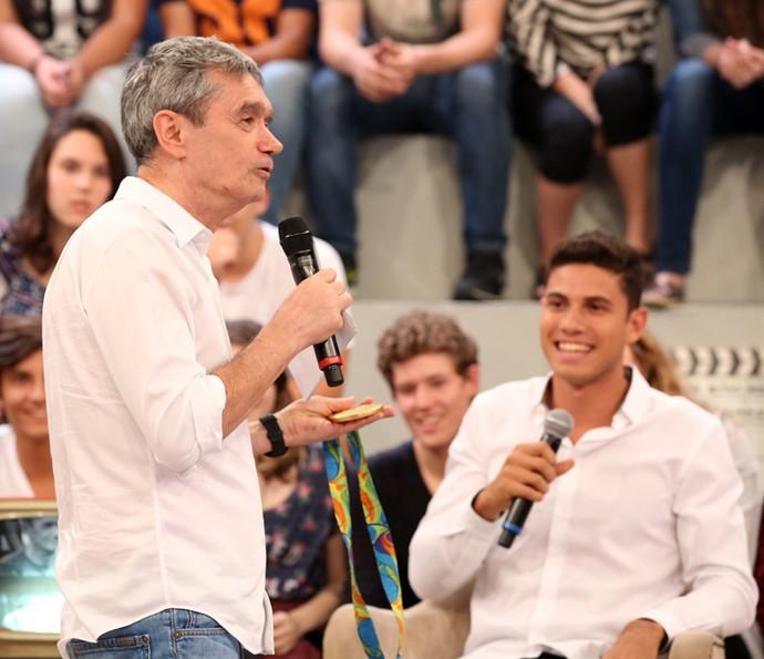 Serginho Groisman mostra medalha conquistada por Thiago Braz (Foto: Carol Caminha/Gshow)