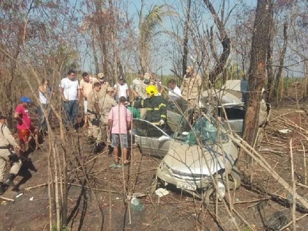 Motorista ficou preso às ferragens e morreu no local (Foto: Surgiu/Divulgação)