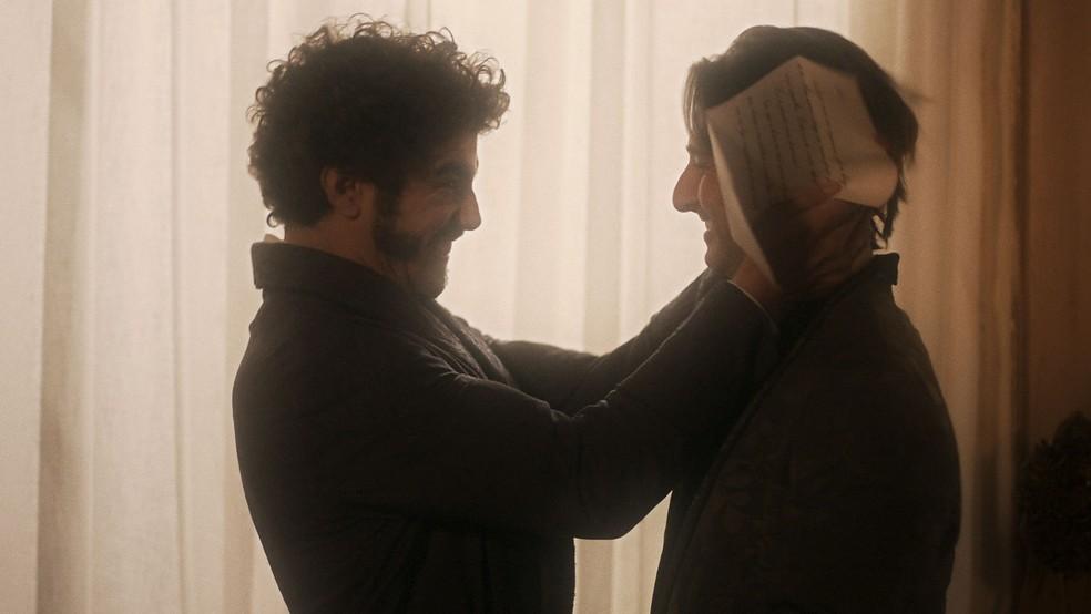 'Domitila me respondeu? Ela me perdoou, Patrício! Me perdoou! Finalmente', vibra o príncipe  (Foto: TV Globo)