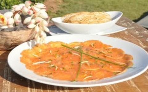Carpaccio de salmão defumado com casquinhas de laranja