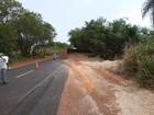 Caminhão carregado com bagaço de cana tomba em Nhandeara