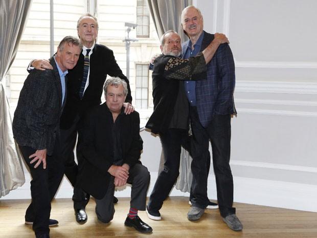 A partir da esquerda, Michael Palin, Eric Idle, Terry Jones, Terry Gilliam e John Cleese, do Monty Python, posam durante coletiva nesta quinta-feira (21) (Foto: Luke MacGregor/Reuters)