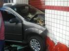 Mulher fica ferida ao bater com carro em muro de farmácia em Valença, RJ