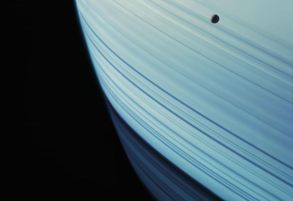 Mimas em Saturno (Foto: NASA/Michael Benson)