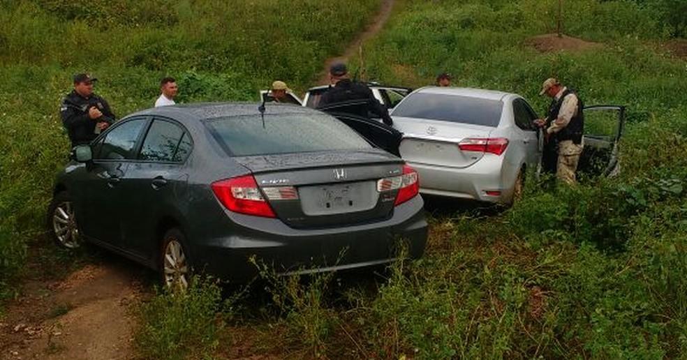 Polícia Militar localizou três carros abandonados pelos criminosos (Foto: Divulgação/PM)