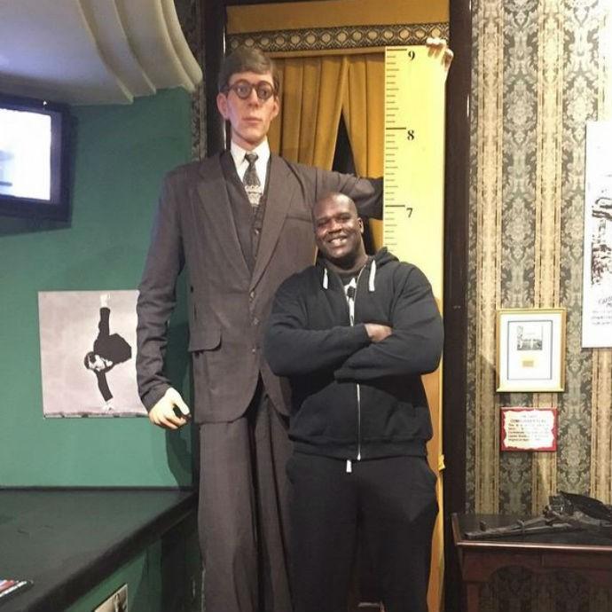 Shaquille O'Neal posa ao lado da estátua do homem mais alto da história (Foto: Reprodução/Instagram)