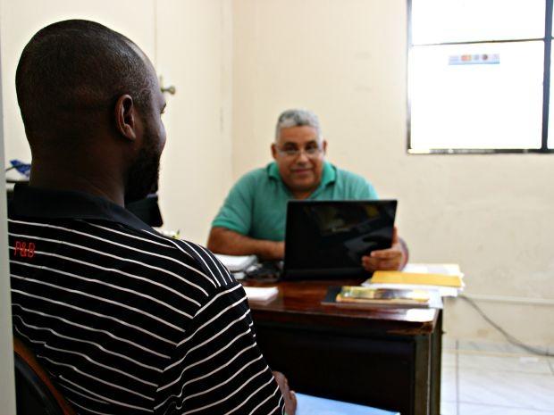 Paróquia de São Geraldo auxilia haitianos com documentação (Foto: Suelen Gonçalves/G1 AM)