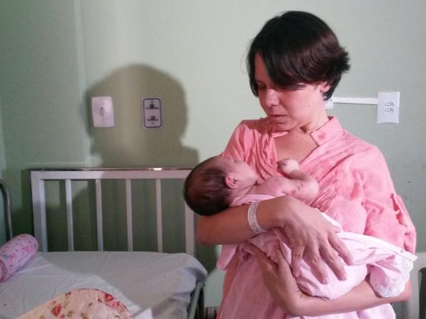 Mariana teve zika durante a gravidez e se assustou com as manchas na pele da filha, recém-nascida (Foto: Wagner Sarmento/TV Globo)