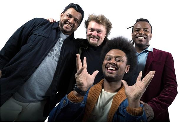 Novo vocalista do Sambô, Hugo Rafael (abaixo, com as mãos para cima) em primeira foto de divulgação da nova formação (Foto: Divulgação / Deivide Leme)
