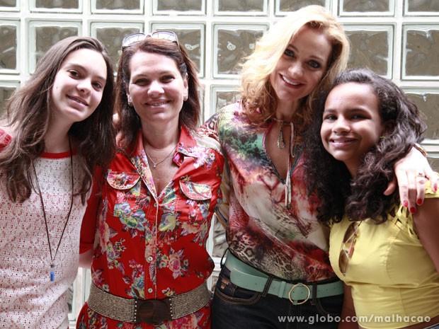Alexandra e sua família curtiram o dia durante as gravações de Malhação (Foto: Ellen Soares / TV Globo)