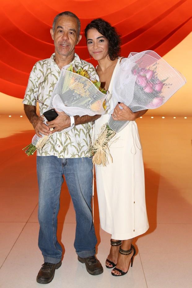 Luciana Lima, viúva de Domingos Montagner, e Fernando Sampaio recebem homenagem nos bastidores de peça da Camila Pintanga (Foto: Deividi Correa / AgNews)