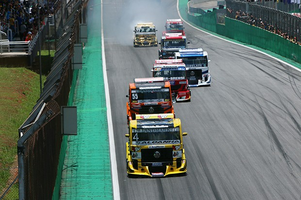Chegando no S do Senna seguindo com o #4 em primeiro #55 em segundo e o #15 em terceiro (Foto: Andre Santos/TimeSport)