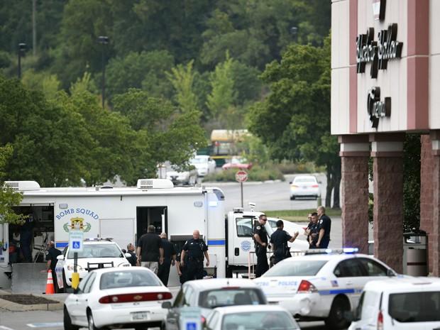 Policiais são vistos ao lado de veículo de esquadrão anti-bomba fo lado de fora do complexo de cinemas Carmike Hickory 8, no subúrbio de Antioch, em Nashville, após tiroteio no local, na quarta (5) (Foto: George Walker IV/The Tennessean via AP)