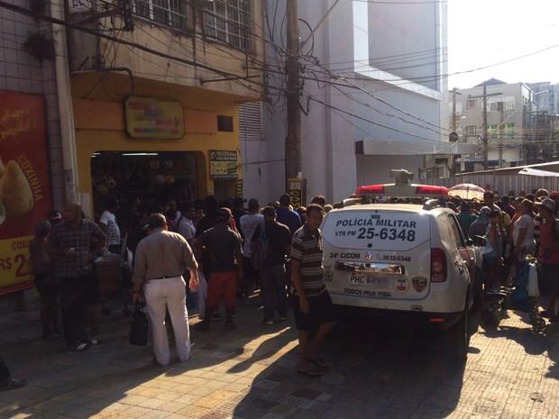 Suspeitos invadiram joalheria localizada na rua Henrique Martins (Foto: Rickardo Marques/G1 AM)