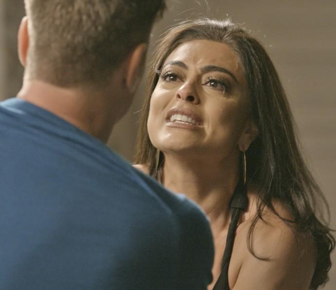 Carolina fica desesperada ao encontrar com Arthur (Foto: TV Globo)