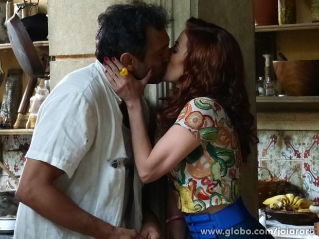 Pegos no flagra! Mundo e Dália se beijam e Iolanda vê tudo (Foto: Joia Rara/ TV Globo)