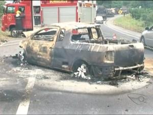 Os carros ficaram completamente destruídos (Foto: Reprodução/TV Gazeta)