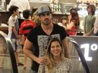 Rodrigão e Adriana curtem passeio a dois em shopping