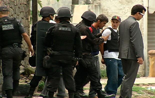 Dupla se entregou após libertar os reféns em Parnamirim (Foto: Reprodução/Inter TV Cabugi)