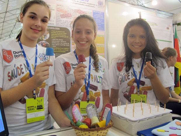 Saúde no palito: Gabrielle, Francielly e Jenniffer de SC desenvolveram picolé feito de plantas medicinais (Foto: Vanessa Fajardo/ G1)
