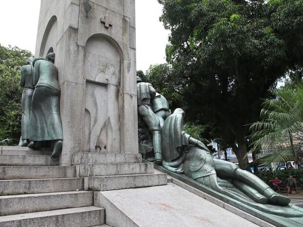 Esta não é a primeira vez que a estátua 'Soldado Ferido' foi roubada da praça (Foto: Marcelo Martins / Prefeitura de Santos)