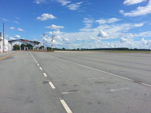 Helicóptero abasteceu no aeroporto Brigadeiro Cabral em Divinópolis (Foto: Anna Lúcia Silva/G1)