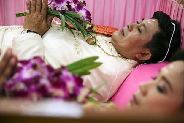 Deitar rapidamente no caixão traz sorte e felicidade para o casal (Foto: Damir Sagolj/Reuters)