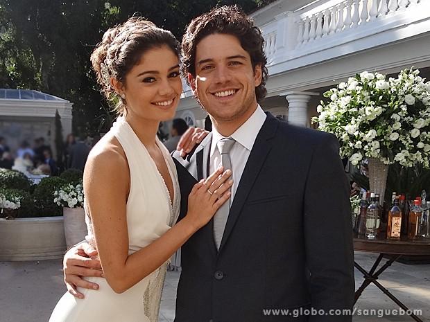 Feliz com o casório, Amora mostra seu vestido ao lado de Bento lindo de noivo (Foto: Sangue Bom/TV Globo)