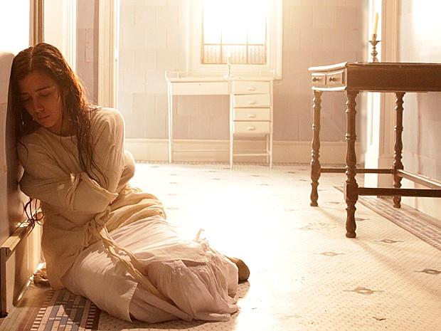 Laura é internada pela própria mãe para evitar escândalo (Foto: Lado a Lado / TV Globo)